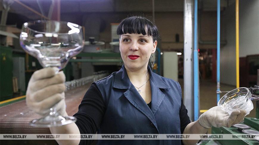 ФОТОФАКТ: Традиции производства стекла ручной работы сохраняют мастера из Березовки