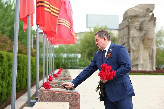 Андрей Бочаров от имени всех жителей Волгоградской области возложил цветы на Мамаевом кургане