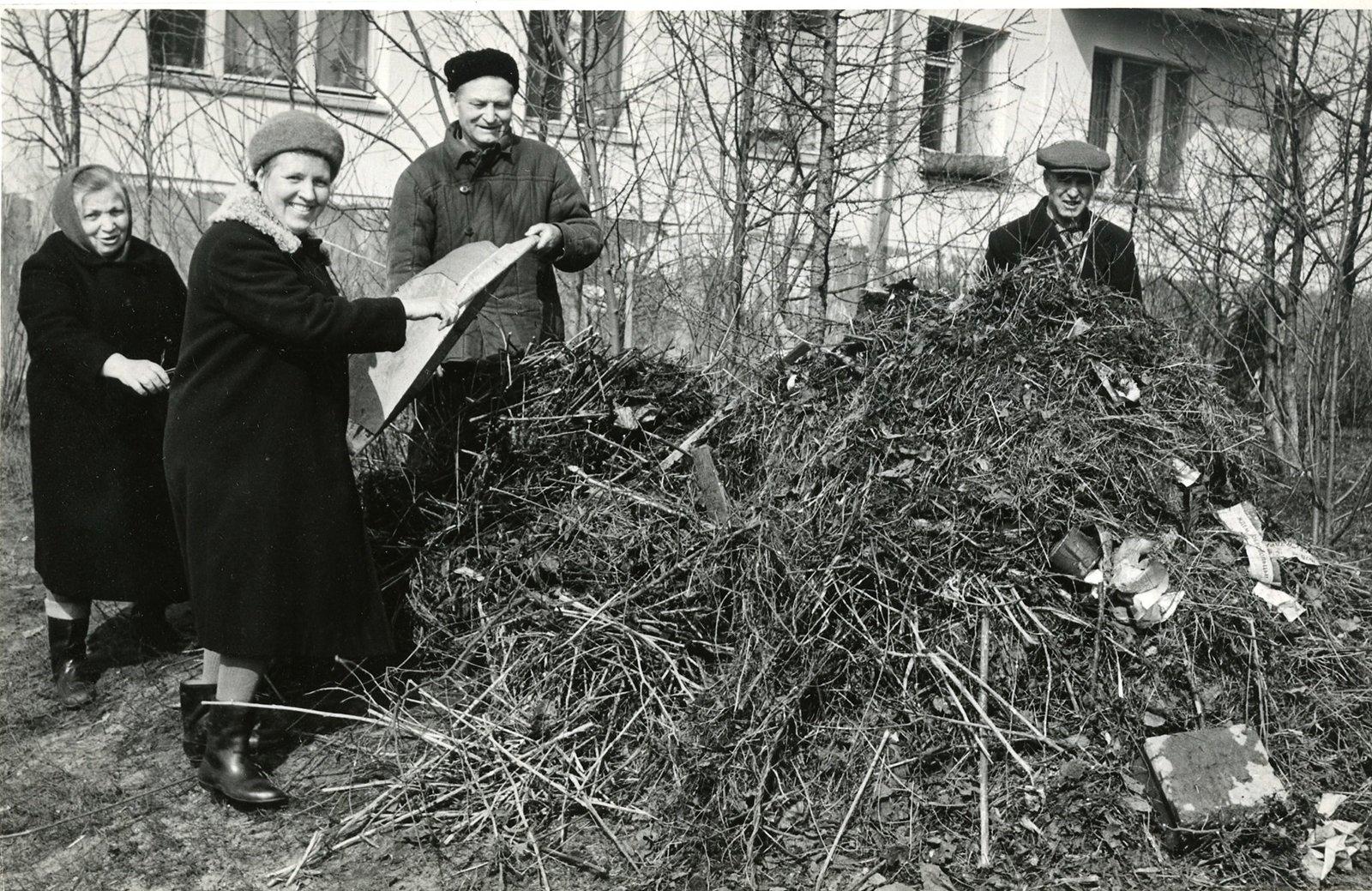 Писатель В.Н. Жуков и жители района на субботнике в 1974 году. Район Кузьминки. Главархив Москвы