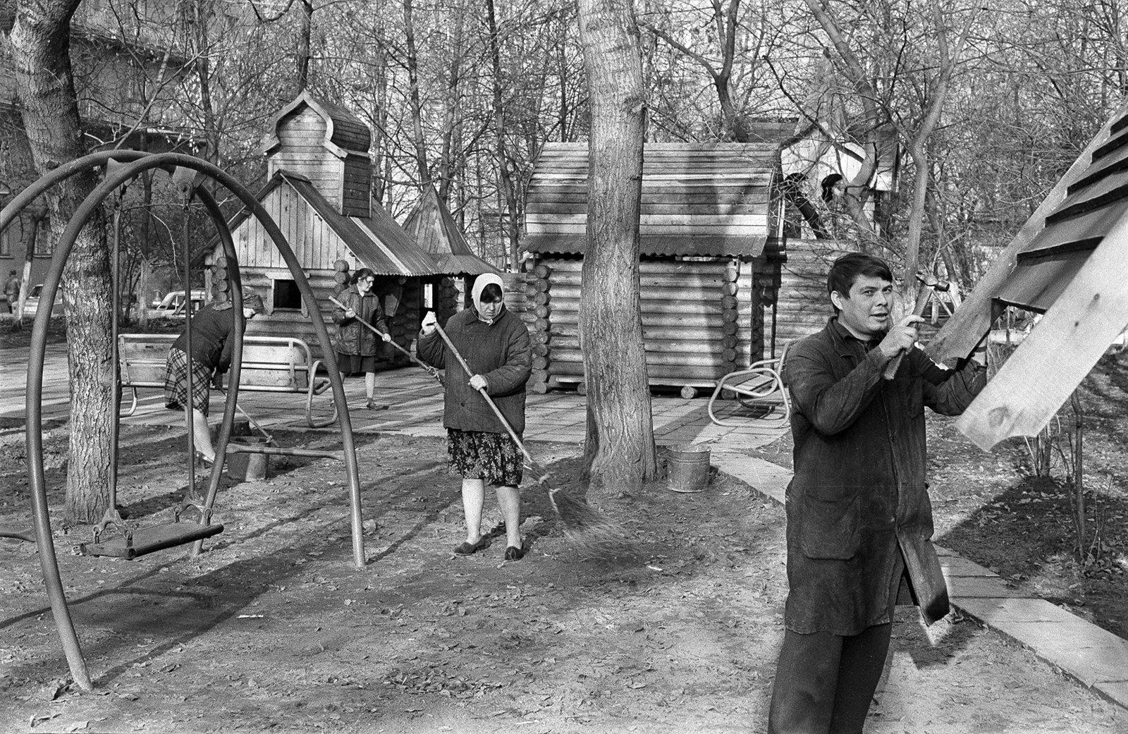 Участники субботника во дворе дома 28 на Ленинградском проспекте. Автор П. Павлов. Октябрь 1984 года. Главархив Москвы