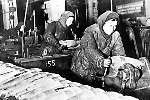 Комсомольско-молодежная бригада за изготовлением мин. Завод № 743 (Ивтекмаш). 1942 год.