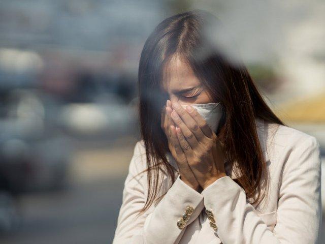 Женщина и грязный воздух