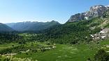 Пейзаж в горах на маршруте 30, поход через горы к морю