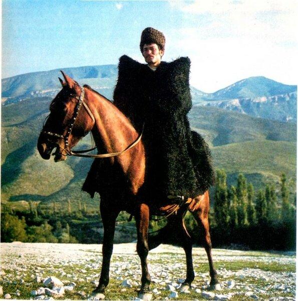 Почему плащ кавказских горцев такой странной формы?