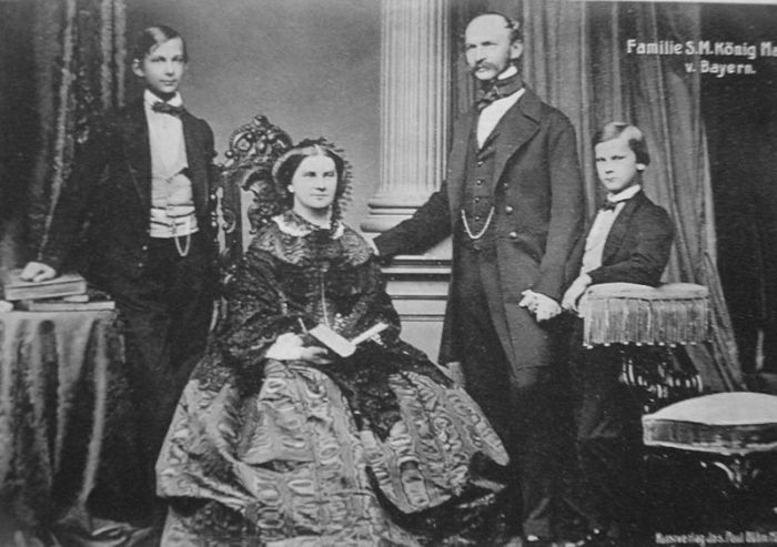 Кронпринц Баварии Людвиг II (слева) с его родителями и младшим братом Отто, 1860 год. | Фото: commons.wikimedia.org.