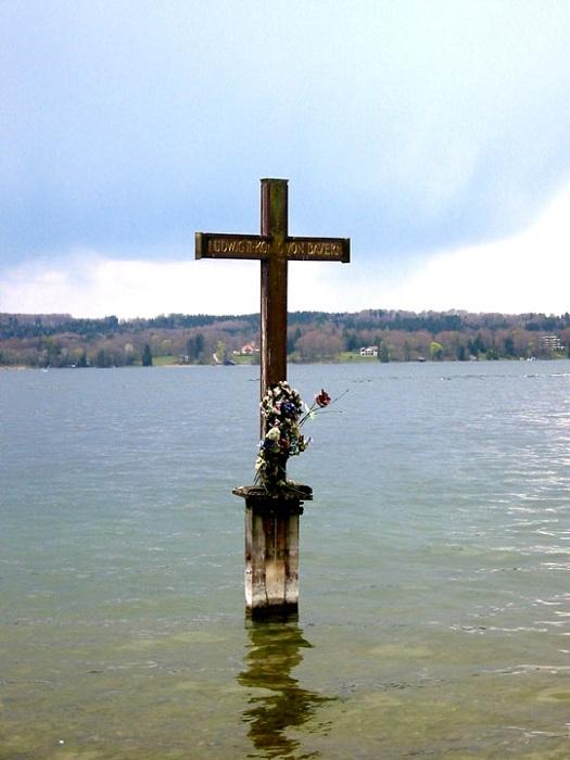 Памятный крест на месте гибели короля на Штарнбергском озере. | Фото: ru.wikipedia.org.