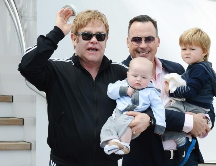Счастливая полноценная семья – продукт толерантного английского законодательства и современных медицинских технологий: Элтон Джон, Дэвид Ферниш и двое детей, рожденных с помощью суррогатной матери