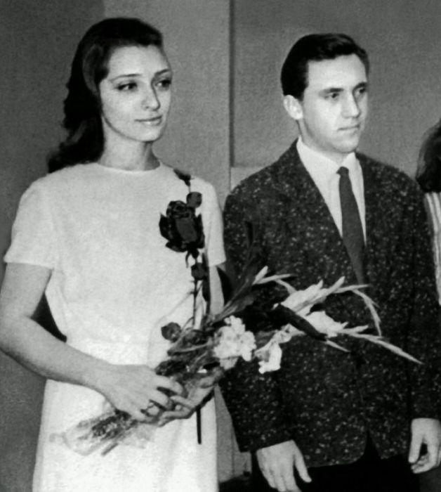 Людмила Абрамова и Владимир Высоцкий в день бракосочетания. / Фото: www.livejournal.com