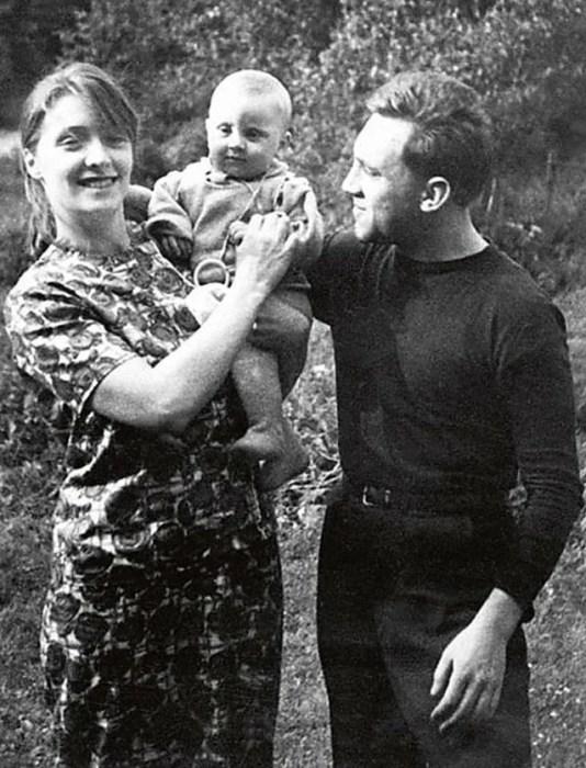 Людмила Абрамова и Владимир Высоцкий с сыном Аркадием. / Фото: www.pinimg.com