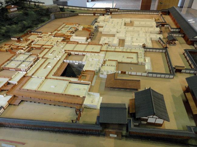 Макет нижнего яруса замка Мацуяма, в центре - тот самый пруд, где была обнаружена монета. / Фото: www.ria.ru