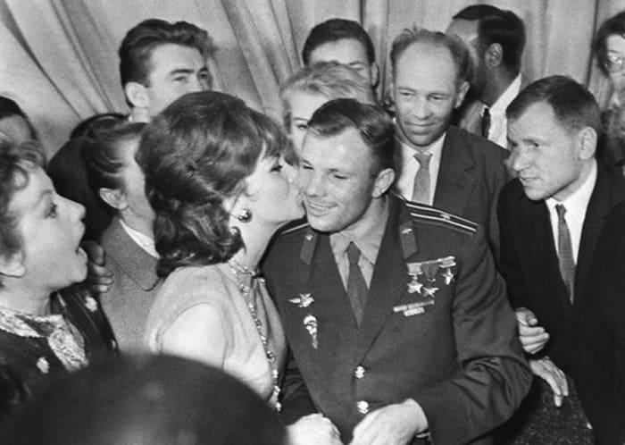 Джина Лоллобриджида и Юрий Гагарин. Москва, 1961   Фото: dubikvit.livejournal.com