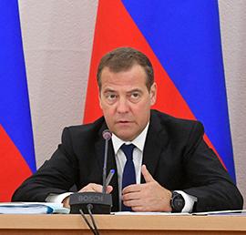 Медведев снял возрастные ограничения для программы «Земский доктор»