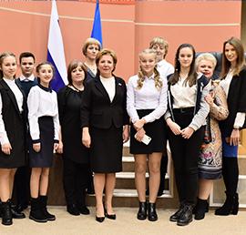 В «Единой России» в День Конституции вручили паспорта школьникам