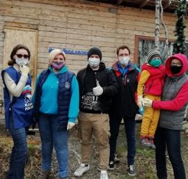 Волонтеры провели субботник в питомнике ездовых собак в Мурманской области