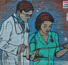 По просьбе врачей возле омской больницы появился арт-объект