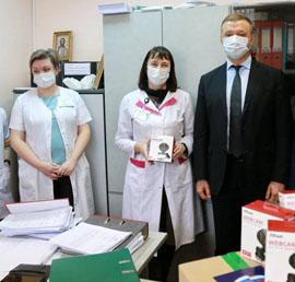 Маски, перчатки и веб-камеры для участковых врачей доставили волонтеры в поликлинику Новосибирска