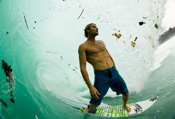 Серфинг на Яве в волнах мусора