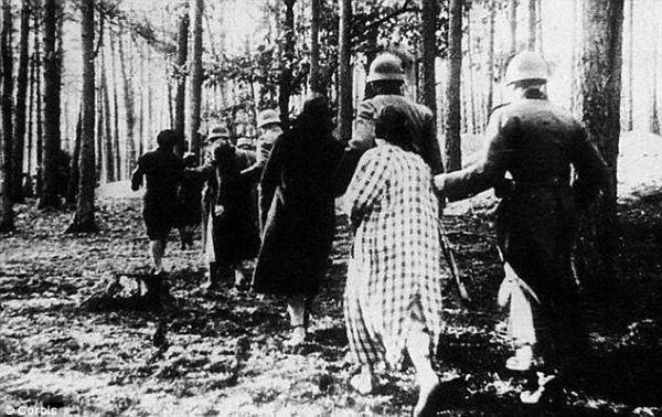 Не следует забывать, в каком контексте происходило сексуальное насилие в исполнении поляков.  На снимке немецкие солдаты вели польские женщины снимать ....