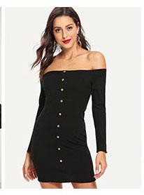 Простое вязаное платье с открытыми плечами