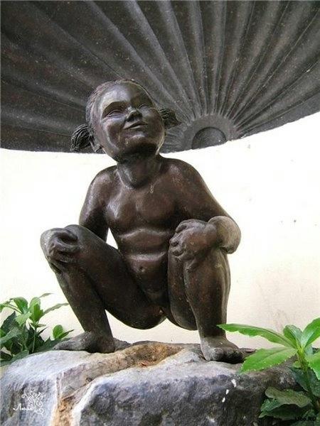 9.Брюссель.памятник писающей девочке (450x600, 115Kb)